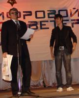 Первый проректор СГТУ, профессор Александр Сытник вручил победителю специальный приз - акустическую систему