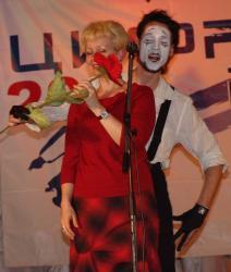 Ольга Долинина вышла на сцену вручать призы. А тут вышел мим и ей самой вручили приз.