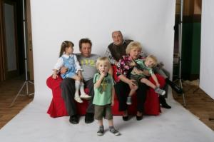 Новый сериал «Воронины» на канале СТС стабильно демонстрирует высокие рейтинги. В чем секрет успеха? Очевидно, зрителей привлекают правдоподобные герои. В центре сюжета – обыкновенная московская семья с довольно высоким достатком. Воронины принадлежат к так называемому «среднему классу». Они живут на ВДНХ в трехкомнатной квартире вместе с тремя маленькими детьми. Глава семейства, Костя, работает спортивным журналистом. Дела у героя идут хорошо, его даже позвали сниматься на телевидение в качестве эксперта в программе Дмитрия Губерниева. Судить о доходах Кости можно по многим признакам, но главный из них связан с ипотекой.